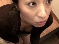 【熟女・人妻のフェラチオ動画】帰宅早々の息子のペニスをフェラチオ抜きする母-井本茜