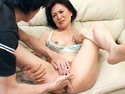 【五十路】アソコをかき回され悶絶アクメするおばさん