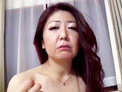 【四十路】青年をエロい格好で魅了する淫乱のおばさん 紫彩乃