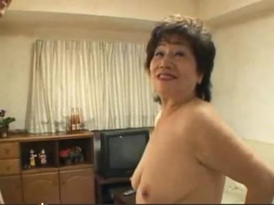 アダルトの撮影なのに60歳の夫婦生活無料の熟年女が若い男優におばあさんの陰核を弄られてガチで悶絶しまくる投稿動画!