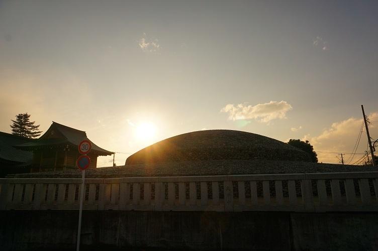 武蔵府中熊野神社古墳(南東から逆光)