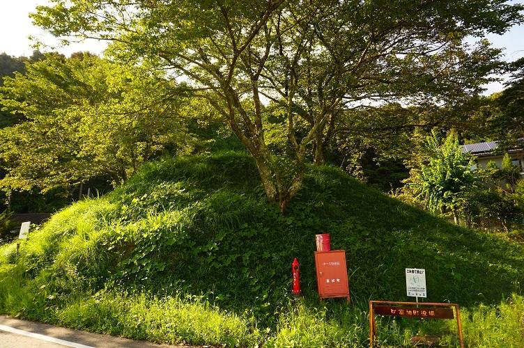 08 富加町井高1号墳(火塚)遠景