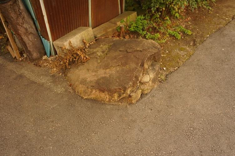 08 北見方古墳跡?(1)道路脇の石