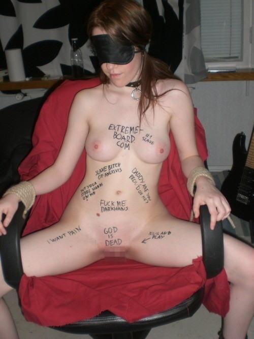 体中に落書きされた海外版肉便器M女性が開脚マンコおっぴろげwww 31枚 No.8
