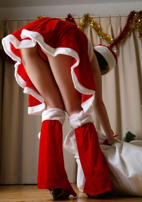 クリスマスの季節にサンタコスでパンチラしちゃう美女エロ画像 32枚 No.6