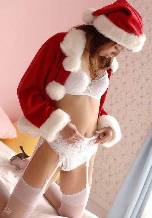 クリスマスの季節にサンタコスでパンチラしちゃう美女エロ画像 32枚 No.8