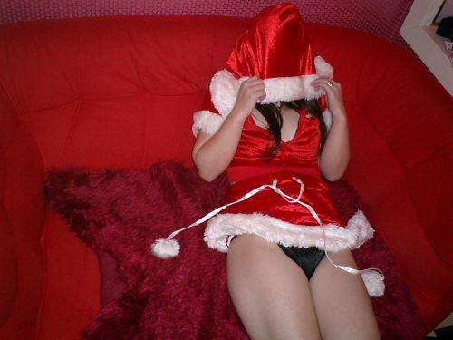 クリスマスの季節にサンタコスでパンチラしちゃう美女エロ画像 32枚 No.13