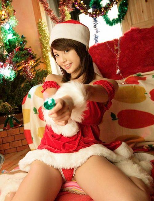 クリスマスの季節にサンタコスでパンチラしちゃう美女エロ画像 32枚 No.14