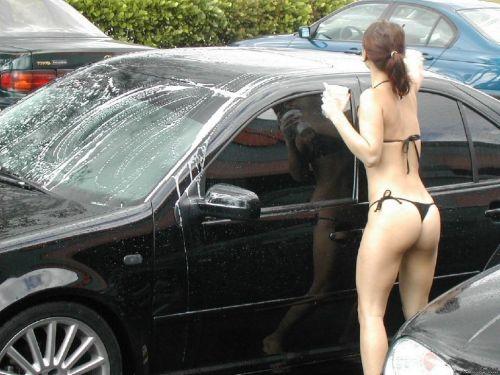 【画像】Tバックや全裸で洗車する外国人の規格外なお尻がエロ過ぎwww 39枚 No.1