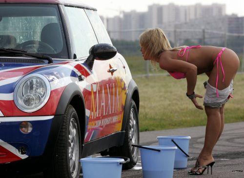 【画像】Tバックや全裸で洗車する外国人の規格外なお尻がエロ過ぎwww 39枚 No.2