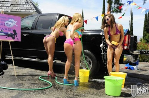 【画像】Tバックや全裸で洗車する外国人の規格外なお尻がエロ過ぎwww 39枚 No.6