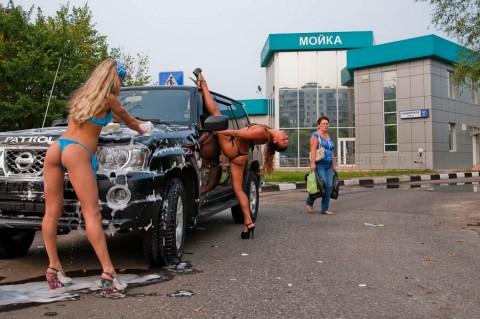 【画像】Tバックや全裸で洗車する外国人の規格外なお尻がエロ過ぎwww 39枚 No.10