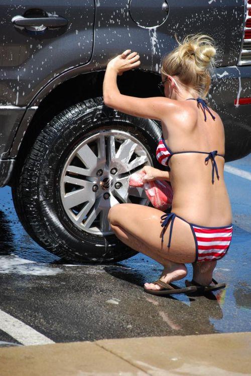 【画像】Tバックや全裸で洗車する外国人の規格外なお尻がエロ過ぎwww 39枚 No.12