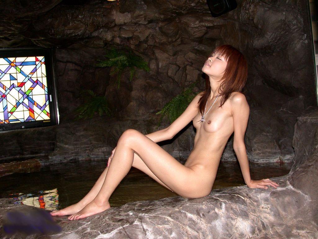 小さい乳で細身な痩せてるガリガリ女写真まとめ 35枚