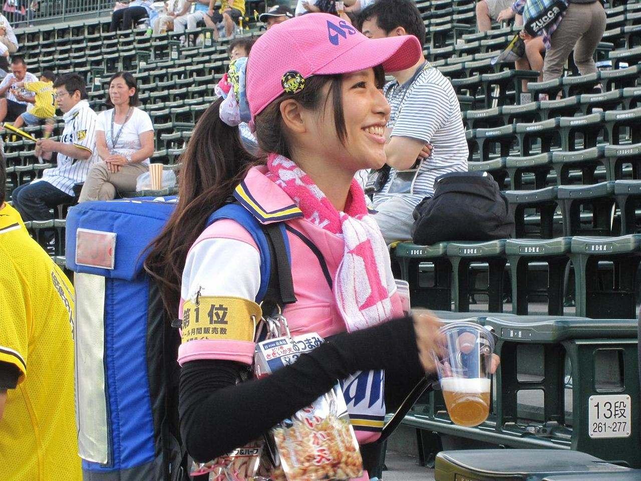 満面の笑顔でビールを売ってる野球場の女子可愛いよなwwwwww 37枚