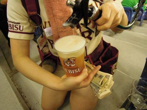 満面の笑顔でビールを売ってる野球場の女の子カワイイよなwww 37枚 No.4
