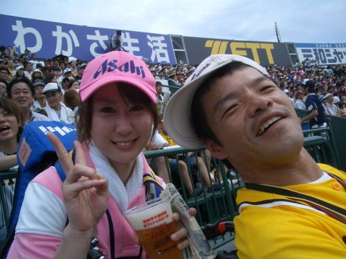 満面の笑顔でビールを売ってる野球場の女の子カワイイよなwww 37枚 No.6