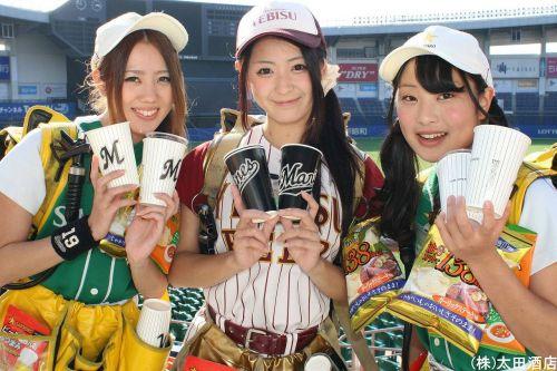 満面の笑顔でビールを売ってる野球場の女の子カワイイよなwww 37枚 No.12