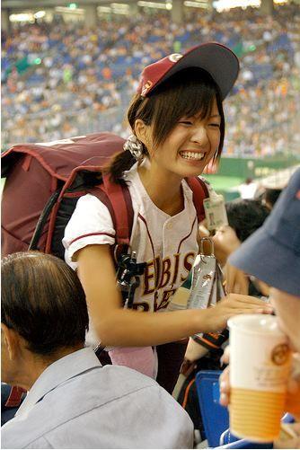満面の笑顔でビールを売ってる野球場の女の子カワイイよなwww 37枚 No.13