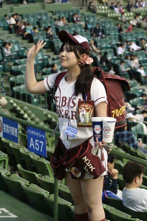 満面の笑顔でビールを売ってる野球場の女の子カワイイよなwww 37枚 No.15