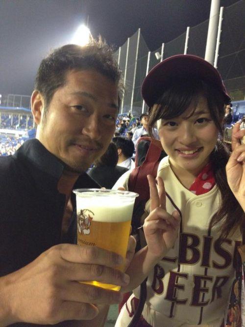 満面の笑顔でビールを売ってる野球場の女の子カワイイよなwww 37枚 No.20