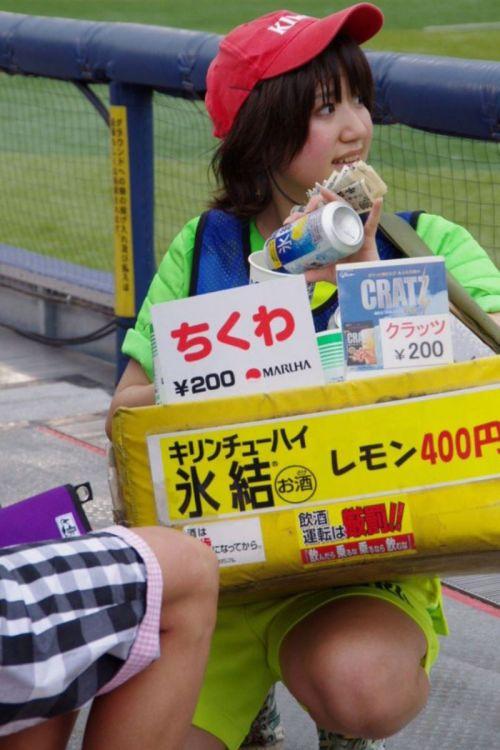 満面の笑顔でビールを売ってる野球場の女の子カワイイよなwww 37枚 No.23