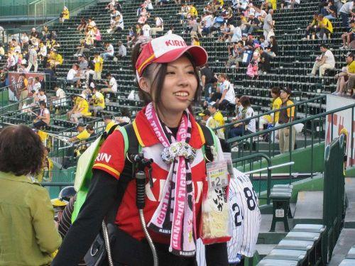 満面の笑顔でビールを売ってる野球場の女の子カワイイよなwww 37枚 No.25