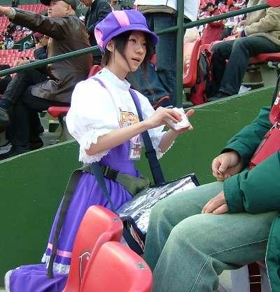 満面の笑顔でビールを売ってる野球場の女の子カワイイよなwww 37枚 No.28
