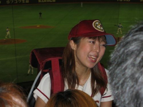 満面の笑顔でビールを売ってる野球場の女の子カワイイよなwww 37枚 No.29