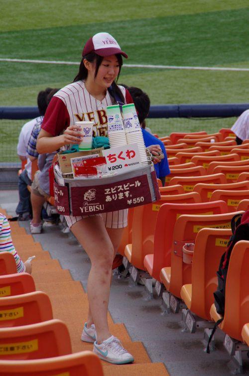 満面の笑顔でビールを売ってる野球場の女の子カワイイよなwww 37枚 No.34