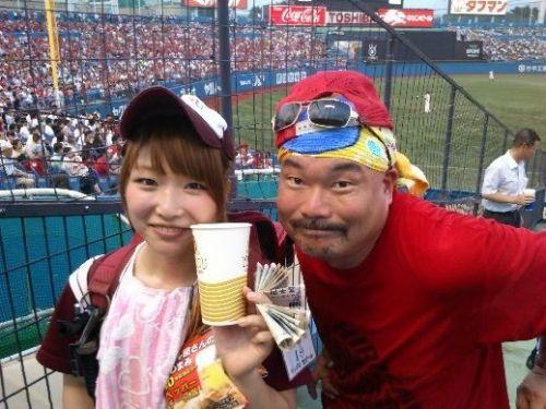 満面の笑顔でビールを売ってる野球場の女の子カワイイよなwww 37枚 No.37