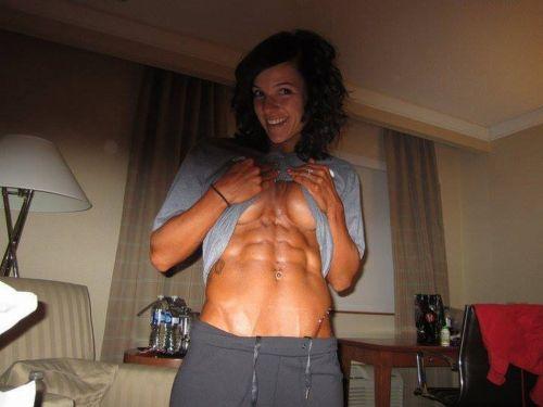 【画像】筋肉モリモリのガチマッチョ外国人女性の腹筋エロ過ぎ 33枚 No.1