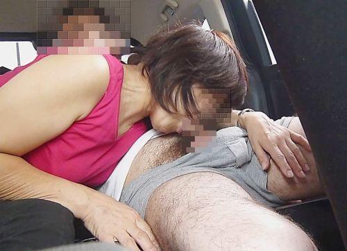 ドライブデートで彼女がイタズラ!車内手コキ・フェラチオのエロ画像 36枚 No.14