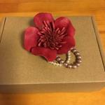 革小物 革花とパールのコサージュ発送