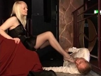 床に転がったM男の顔を黒パンスト美脚で弄るS女性