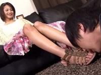 匂いフェチの若い男に足の匂いを嗅がせるお姉さん
