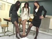 女教師3人に蒸れたパンスト足で顔を踏みつけられ鍛えられるイジメられっ子 村上里沙 鈴木杏里 小林初花