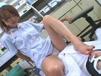 ナースが白パンスト脚から生足と蒸れた足を舐めさせ足コキ抜き