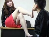 パンスト足で顔を弄って匂いを嗅がせた後足コキするミニスカS女性