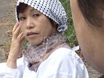 本日の人妻熟女動画 : 【無修正】歌いながらセーターを編む五十路モンペ母