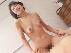【無修正】パンツを穿き忘れた微乳の淫乱超熟女 河本真江