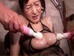 ダイスキ!人妻熟女動画 : メガネ巨乳の四十路ナースがオイル塗りたくられ2人の男に犯される! 大橋ひとみ