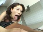 本日の人妻熟女動画 : 【素人】僕、早いんで・・・!トイレで抜いちゃうメガネ熟女♪