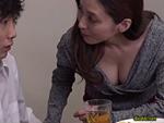 熟女ストレート : 四十路の友母。息子が連れて来た友人を胸チラで誘い、勃起した肉棒を舐める母親! 白木優子