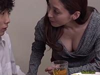 熟女ストレート:四十路の友母。息子が連れて来た友人を胸チラで誘い、勃起した肉棒を舐める母親! 白木優子
