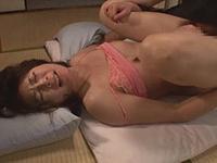 熟女ストレート:母子家庭&狭いアパートという環境で四十路の母と息子が激しく絡み合う! 矢部寿恵