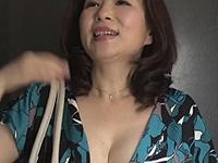 熟女ストレート:夫婦喧嘩で家出して来た嫁の母。胸元がエロ過ぎる四十路の巨乳義母に僕はもう… よしい美希