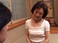 無料熟女人妻動画-エロ熟女:[熟女] 五十路オバチャンのマンコを広げてみる