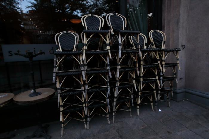 片づけられた椅子