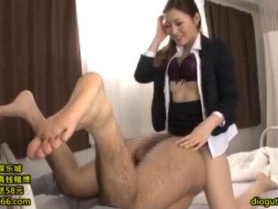保健室で生徒に痴女セックスを強要するタイトスカートの痴女教師 舞島あかり